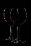 Due vetri di vino rosso sul nero Fotografia Stock