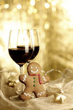 Due vetri di vino rosso, uomo di pan di zenzero Immagine Stock Libera da Diritti