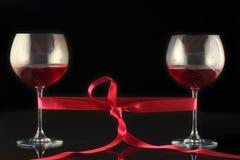 Due vetri di vino spostati con una burocrazia fotografia stock libera da diritti