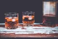 Due vetri di whiskey che stanno sulla barra Immagini Stock Libere da Diritti