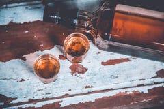 Due vetri di whiskey che stanno sulla barra Fotografie Stock Libere da Diritti