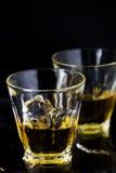 Due vetri di whiskey con i cubetti di ghiaccio Fotografie Stock Libere da Diritti