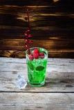 Due vetri di whiskey con i cubetti di ghiaccio sono servito sulle plance di legno Controsoffitto d'annata con il punto culminante Fotografia Stock