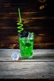 Due vetri di whiskey con i cubetti di ghiaccio sono servito sulle plance di legno Controsoffitto d'annata con il punto culminante Fotografie Stock Libere da Diritti