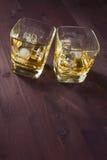 Due vetri di whiskey su vecchio fondo Fotografia Stock