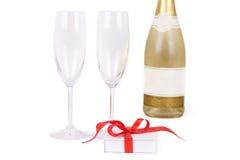 Due vetri e bottiglie con champagne Fotografie Stock Libere da Diritti