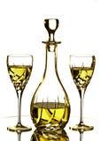 Due vetri e Carafe con vino bianco fotografie stock