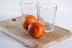 Due vetri vuoti ed arance siciliane immagine stock libera da diritti