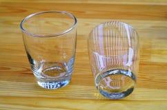 Due vetri vuoti su una vista di legno del piano d'appoggio Fotografia Stock