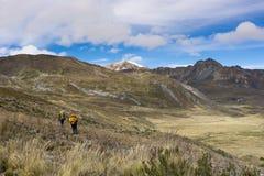 Due viaggiatori con zaino e sacco a pelo nel BLANCA a distanza di Cordigliera nel Perù Fotografia Stock