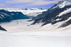 Due viandanti che camminano verso il ghiacciaio di Aletsch Immagine Stock