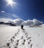 Due viandanti sul plateau della neve Immagini Stock Libere da Diritti