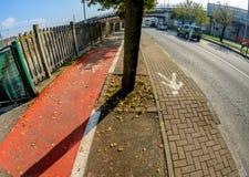 Due vicoli con un passaggio pedonale e una pista ciclabile Fotografie Stock