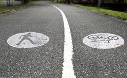 Due vicoli con un passaggio pedonale e una pista ciclabile Immagine Stock