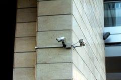 Videocamere di sicurezza sulla parete immagine stock