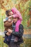 A due vie di trasporto del figlio e della figlia del padre Immagini Stock Libere da Diritti