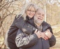 A due vie maturo felice della donna dell'uomo senior all'aperto Fotografia Stock Libera da Diritti