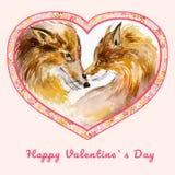 Due volpi bacianti nel cuore hanno modellato la struttura con i piccoli fiori Giorno felice del ` s del biglietto di S. Valentino Fotografia Stock