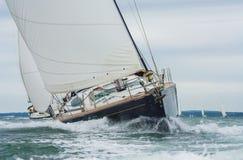 Due yacht della barca a vela che corrono in mare immagini stock libere da diritti