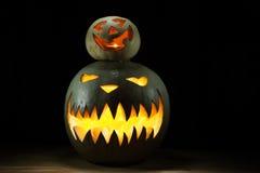 Due zucche di Halloween su divertente di sotto spettrale insieme Immagini Stock Libere da Diritti
