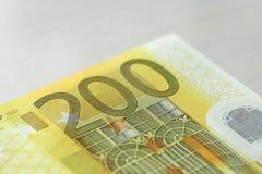 Duecento euro Euro 200 con una nota Euro 200 Fotografie Stock Libere da Diritti