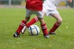 Duel des joueurs de football images libres de droits