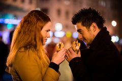 Duel die - samen in straat eten stock foto