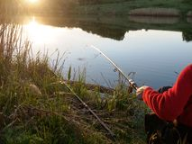 Duel van de visser en een vis De visser snijdt een vis royalty-vrije stock afbeeldingen