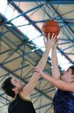 Duello di pallacanestro Fotografie Stock