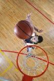 Duello di pallacanestro Fotografia Stock