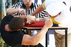 Duello vittorioso sul armwrestling Fotografie Stock Libere da Diritti