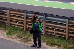 Duelo de fotógrafos, tomando imágenes de uno a fotos de archivo