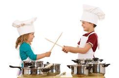 Duelo dos cozinheiros chefe com utensílios de madeira Foto de Stock Royalty Free