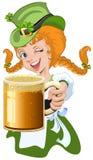 Duende de cabelo vermelho da menina que guarda uma caneca de cerveja de vidro Imagem de Stock Royalty Free