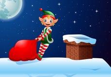 Duende de la historieta que tira de un bolso por completo de regalos en el top del tejado Imagen de archivo libre de regalías