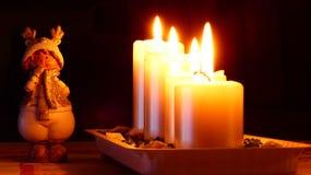 Duende de la Navidad de la estatua del detalle con las velas Imágenes de archivo libres de regalías