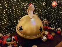 Duende de la Navidad en una bola de la Navidad fotos de archivo libres de regalías