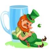Duende del día de St Patrick con la taza de cerveza verde, cerveza inglesa llena de cristal del alcohol, cilindro bebido del homb Foto de archivo