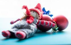 Duende do Natal e bolas vermelhas do Natal fotos de stock