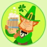 Duende do verde de Patrick do dia com cerveja e Fotografia de Stock Royalty Free