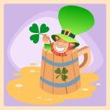 Duende em uma caneca de dia de St Patrick da cerveja Fotos de Stock