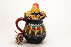 Duende en un tarro de la opinión superior de las monedas de oro Versión de la Navidad Imagen de archivo libre de regalías