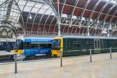 Duende expreso de Heathrow en la estación de tren de Paddington para el transporte del pasajero fotos de archivo