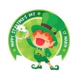Duende feliz do dia do ` s de St Patrick que guarda a cerveja Imagem de Stock Royalty Free