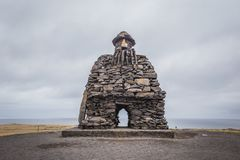 Duende grande de la escultura de piedra en Arnarstapi, Breidavik Islandia del oeste Foto de archivo libre de regalías