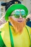 Duende irlandês alegre em vidros do divertimento Fotos de Stock Royalty Free
