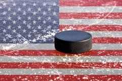 Duende malicioso de hockey negro en pista de hielo Foto de archivo libre de regalías