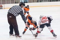 Duende malicioso que juega entre los jugadores de los equipos del hielo-hockey Fotografía de archivo libre de regalías