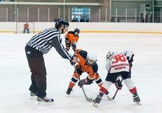 Duende malicioso que juega entre los jugadores de los equipos del hielo-hockey Fotos de archivo libres de regalías