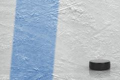 Duende malicioso y fragmento de la arena del hielo con una línea azul Fotos de archivo